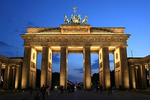 220pxbrandenburger_tor_abends